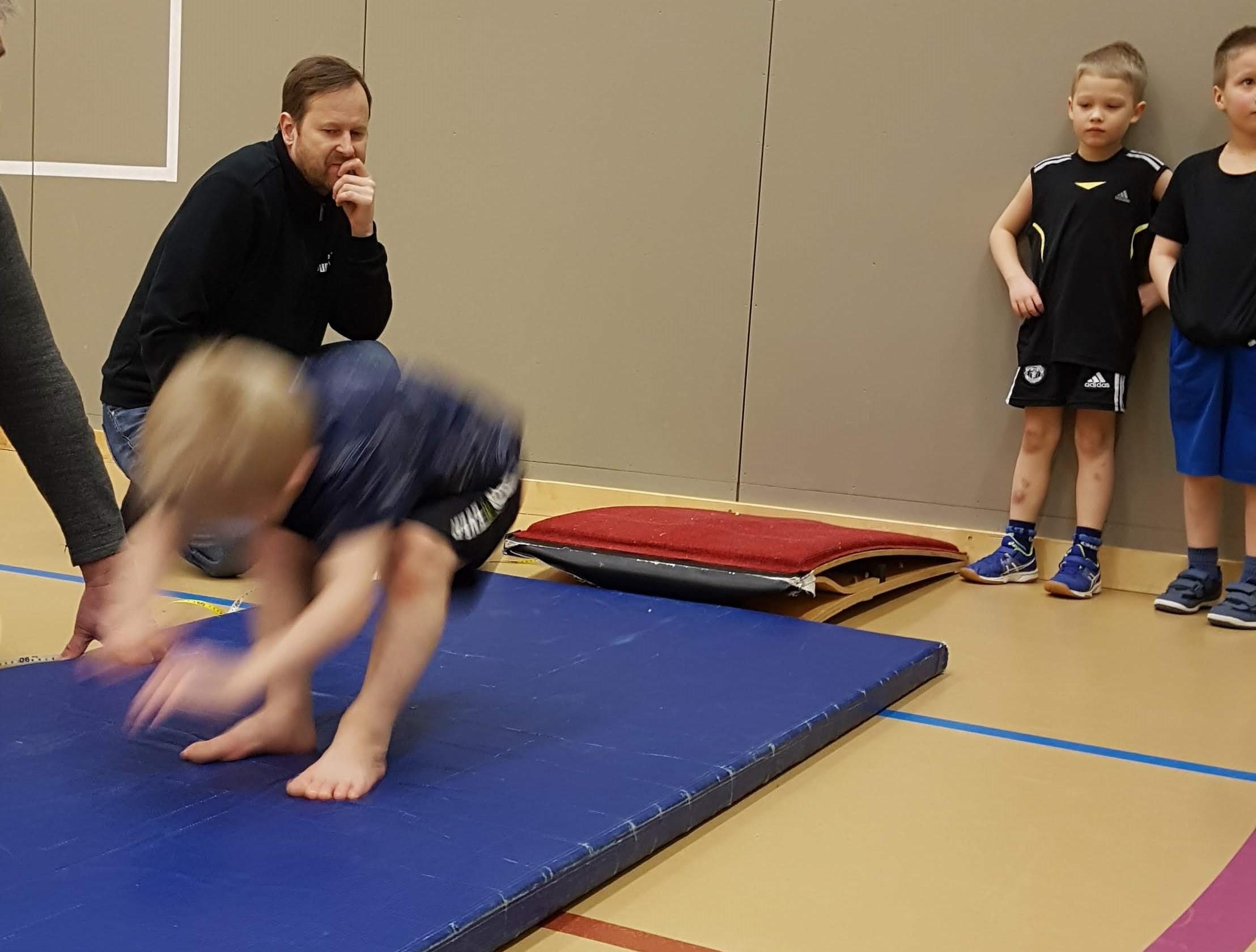 Lasten hallikisat ke 6.3. urheilutalolla